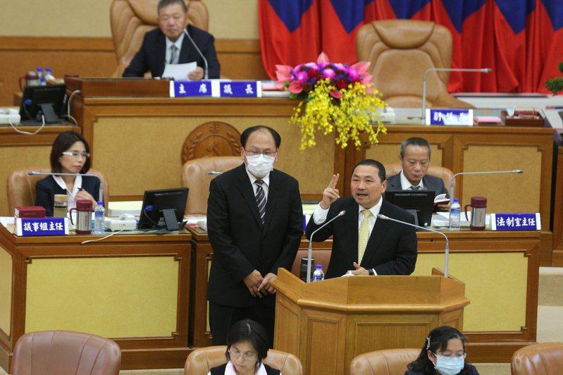 新北市長侯友宜(右)、捷運局長李政安(左)昨在議會表示,正在和北捷商討委託營運解約事宜。記者施鴻基/攝影