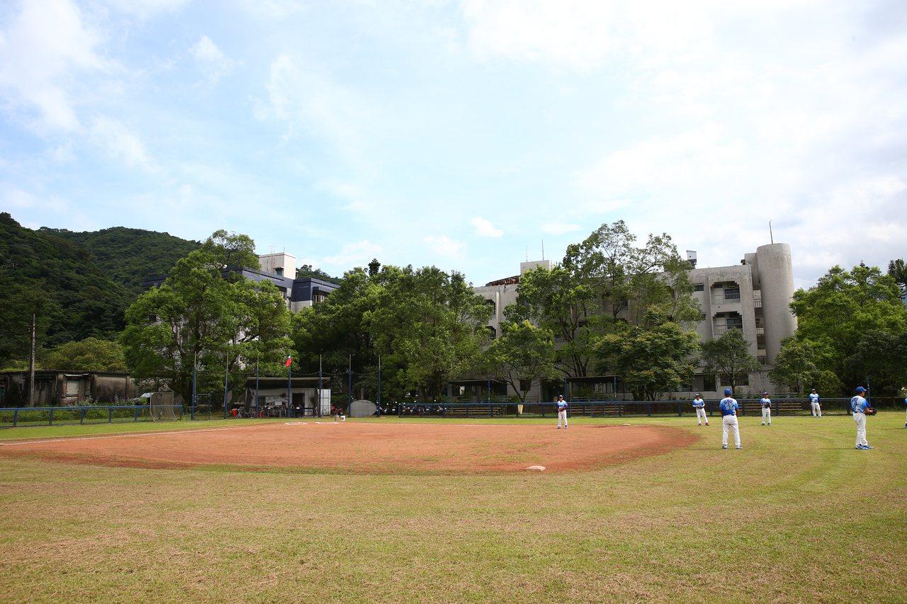 棒球場是高齡球員們一手打造出來,為因應高齡比賽,壘包間的距離也有改良過。 圖/葉...