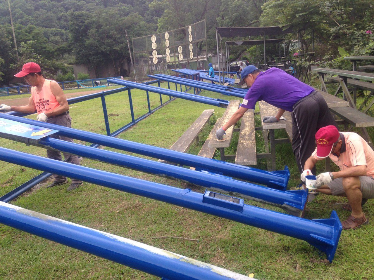 被颱風吹倒的路燈重新油漆後,作為球場邊旗桿。 圖/蘇澳棋麟隊提供