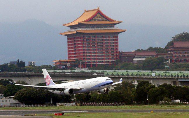 華航宣布7月提前不減薪。 本報資料照片