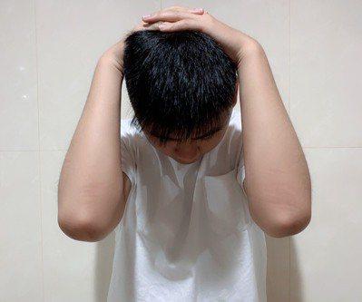 雙手抱頭運動可促進頭頸放鬆,訓練肌力,改善吞嚥困難。圖/汪勝宏攝影
