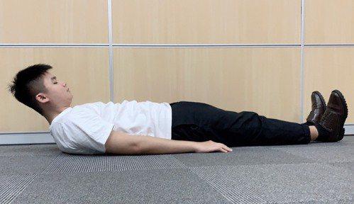 上抬頭部再放鬆,可以改善老後喉部彈性變差的問題。圖/汪勝宏攝影