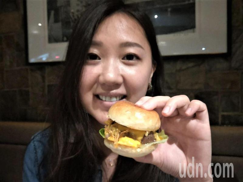 漢堡用頂級和牛一咬肉汁四溢。記者游明煌/攝影