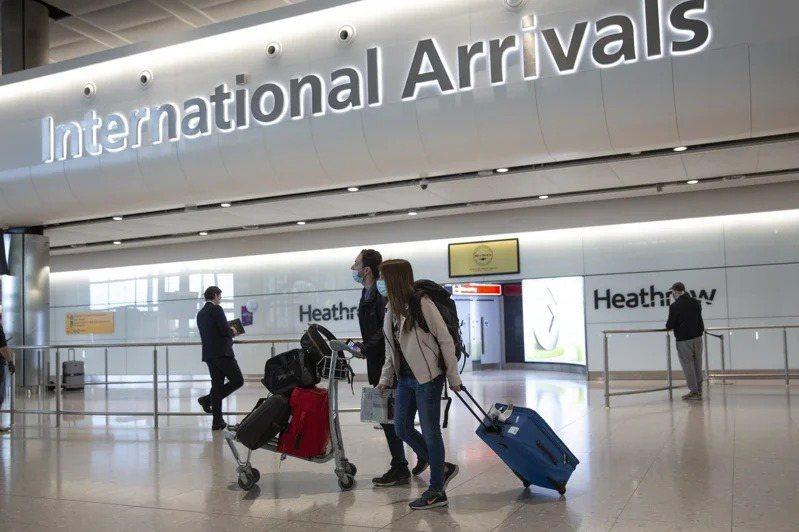 英國3日宣布解除50多國旅客入境隔離要求,圖為倫敦希斯洛機場入境大廳。美聯社