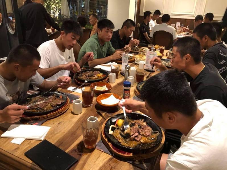 中華棒球協會理事長辜仲諒請U18中華培訓隊吃牛排。圖/中華棒協提供