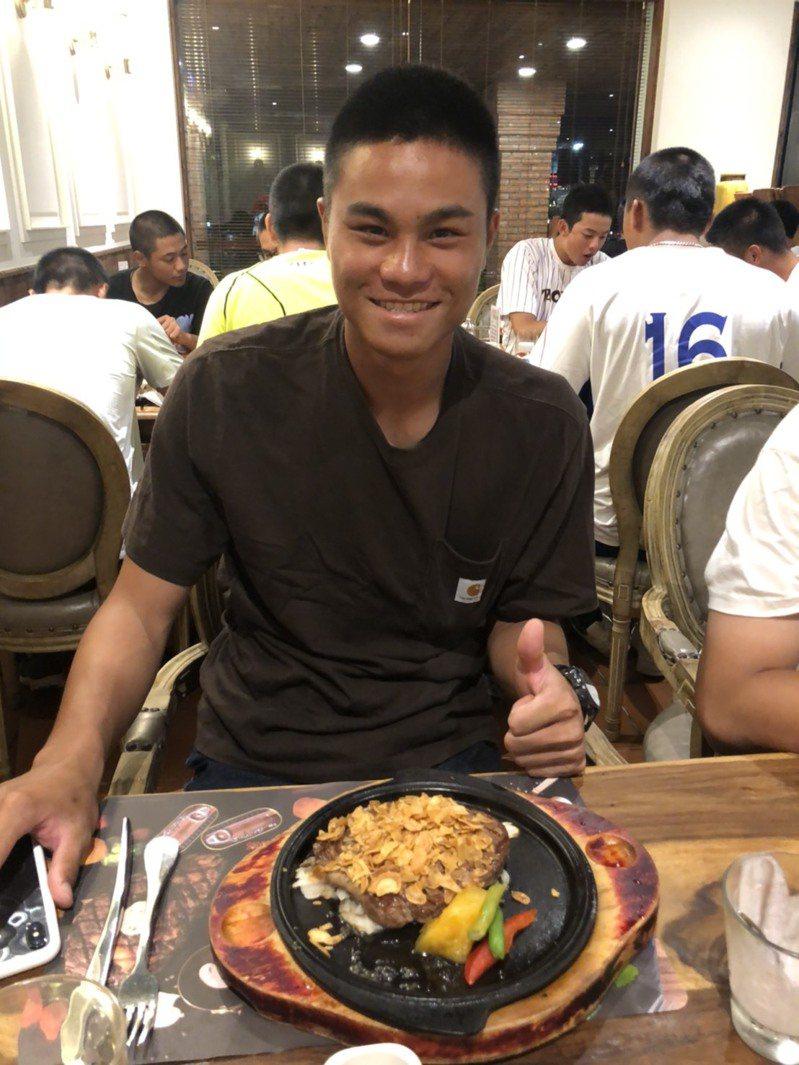 中華棒球協會理事長辜仲諒請U18中華培訓隊吃牛排,隊長宋晟睿開心比讚。圖/中華棒協提供