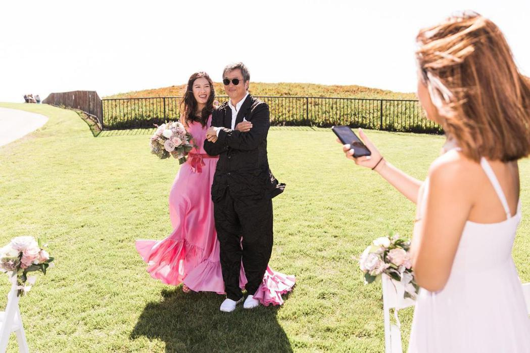 王偉忠在婚禮派對上牽著王羚。圖/王偉忠提供