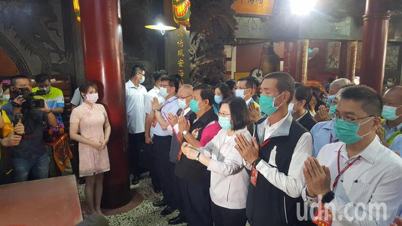 總統蔡英文上午11點多抵拱天宮上香祈福。記者胡蓬生/攝影