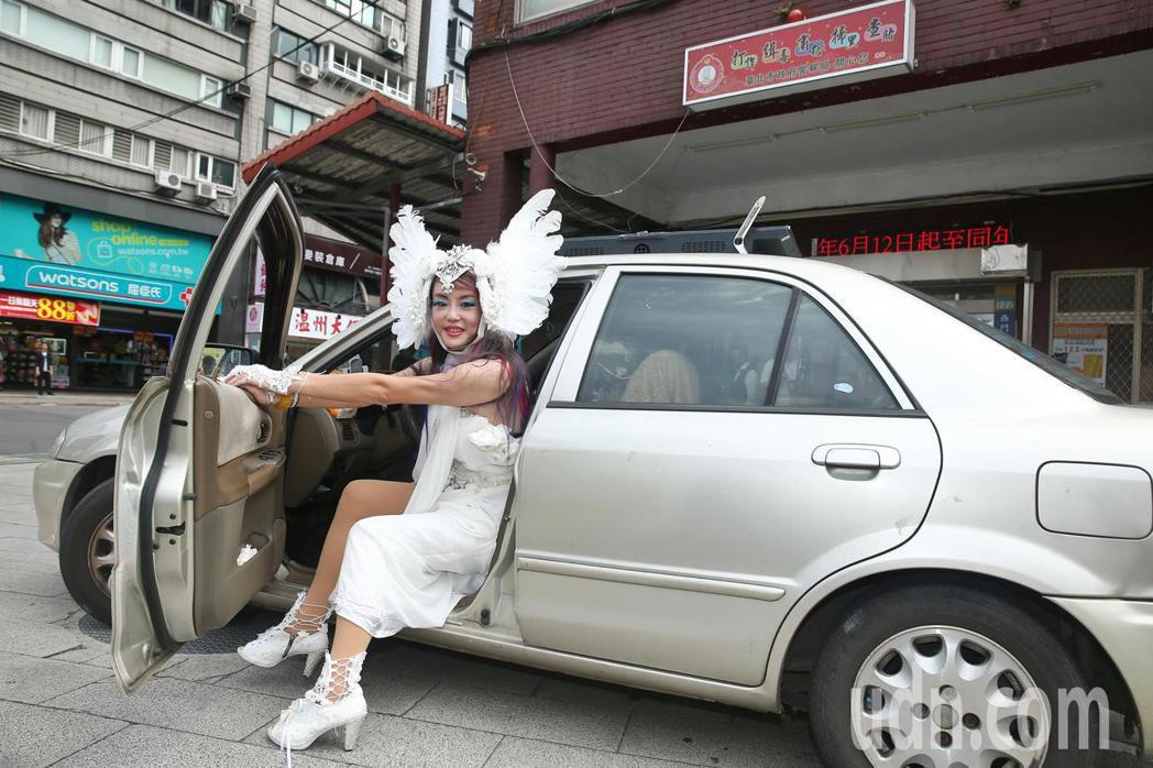 法拉利姐張婷婷宣傳新單曲「呷賽」,開著普通小客車入場。記者曾原信/攝影