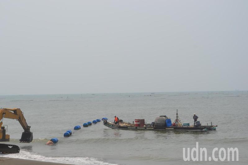 台南市鹿耳門溪出海口淤積,每年抽沙疏濬。記者鄭惠仁/攝影