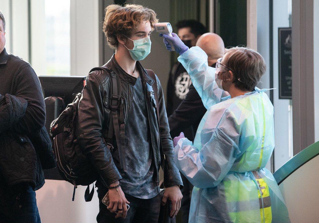 澳洲維多利亞省2日爆發第二波新冠肺炎疫情,墨爾本西北的30萬名居民進行在家避疫,...