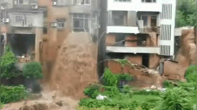 中國大陸重慶市1日至2日降下中雨至大雨,洪水穿過一棟三層民宅而出、形成瀑布傾洩而下。路透/Newsflare