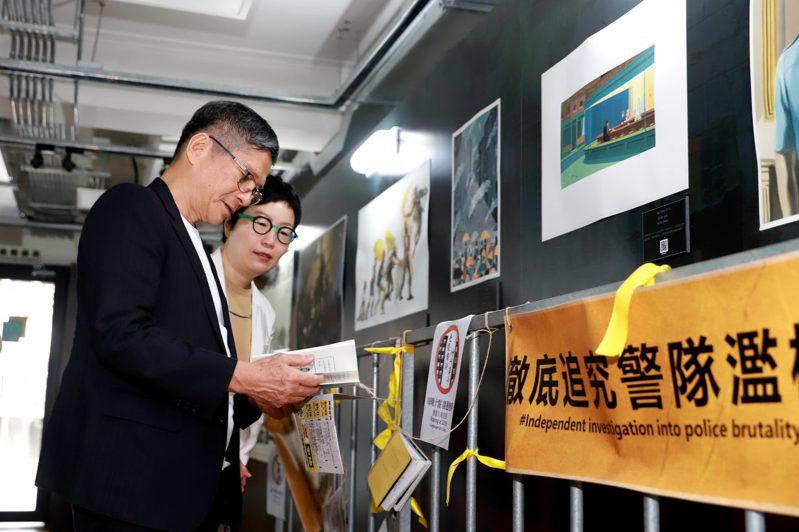 文化部長李永得今在文策院董事長丁曉菁陪同下參觀〈反抗的畫筆—香港反送中運動週年圖像展〉。圖/文化部提供