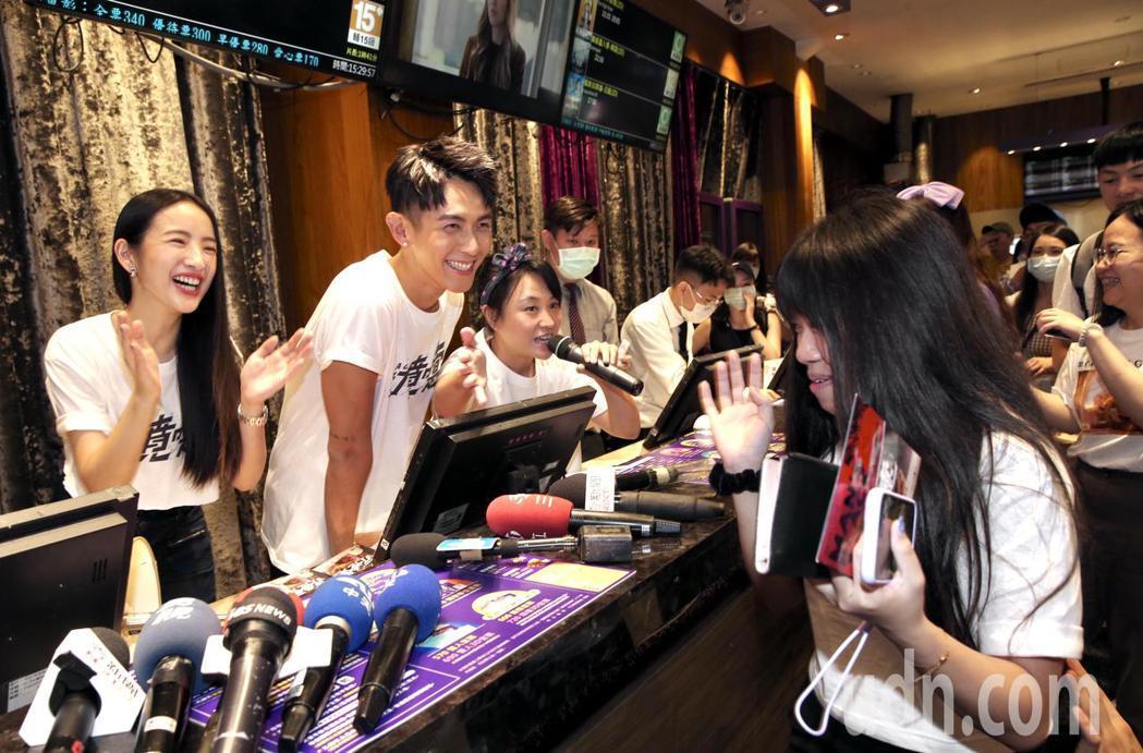 藝人柯震東(右)、林依晨(左)主演的電影新片「打噴嚏」即將上映,兩人今天下午在台...