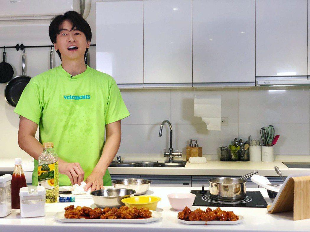 鄭元暢第一次做料理,過程中數度哀嚎。圖/M.I.E最大國際娛樂提供