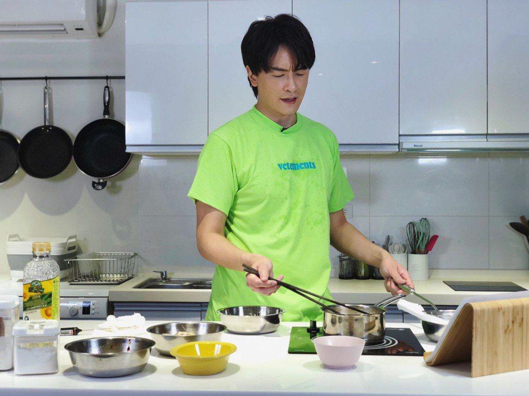 鄭元暢第一次做菜。圖/M.I.E最大國際娛樂提供
