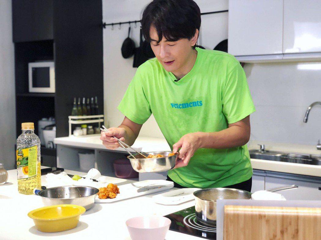 鄭元暢當Youtuber做菜初體驗,邊做菜邊碎念。圖/M.I.E最大國際娛樂提供