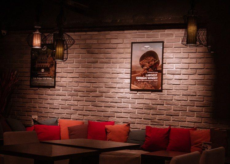 位於忠孝東路四段二樓的湛盧咖啡,每周三至六夜間則變身快閃酒吧,輕鬆享受微醺滋味。...