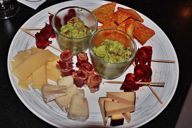 拼盤小食,正是與葡萄酒佐餐、味蕾的最佳助攻。圖 / 彼得美德提供。