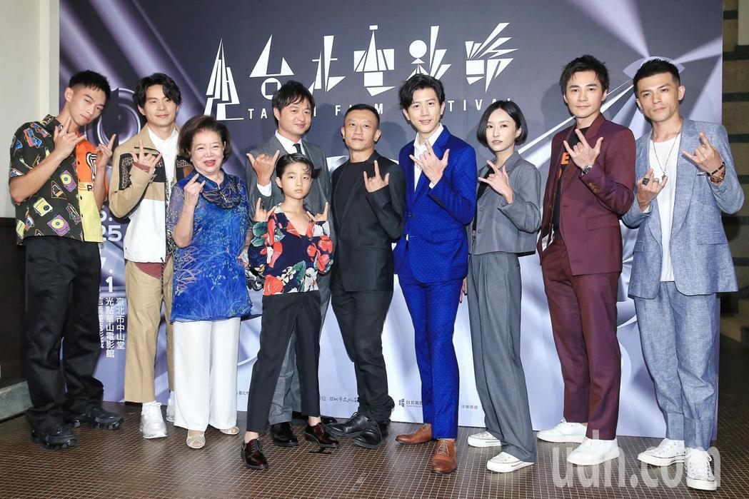 《親愛的房客》下午在台北中山堂舉行世界首映,監製楊雅喆(中)、導演鄭有傑(左四後
