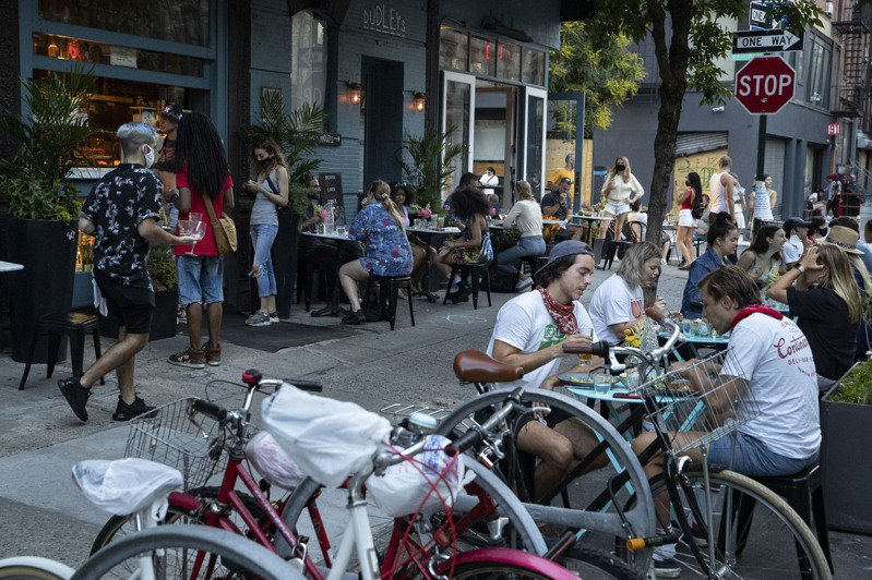 紐約市第二階段經濟重啟,餐廳開放戶外用餐。美聯社