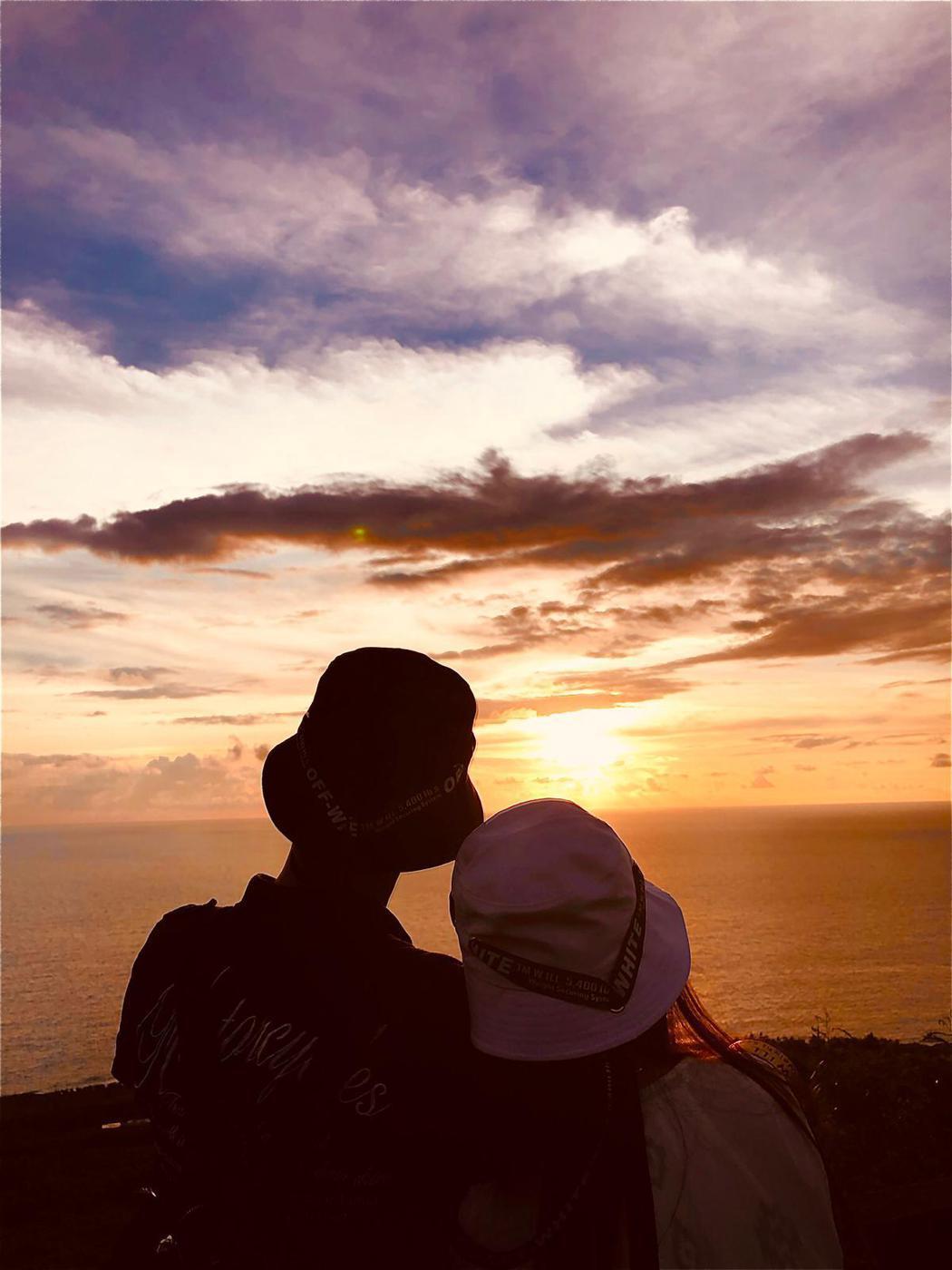 包偉銘(左)與老婆劉依純造訪關山看夕陽,浪漫背後滿是恐懼。圖/翰森娛樂提供