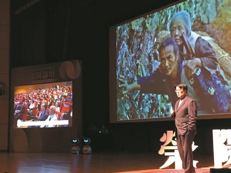 國立陽明大學高齡與健康研究中心主任陳亮恭於演講時分享「微霞與桑榆」內容。圖/本報資料照片