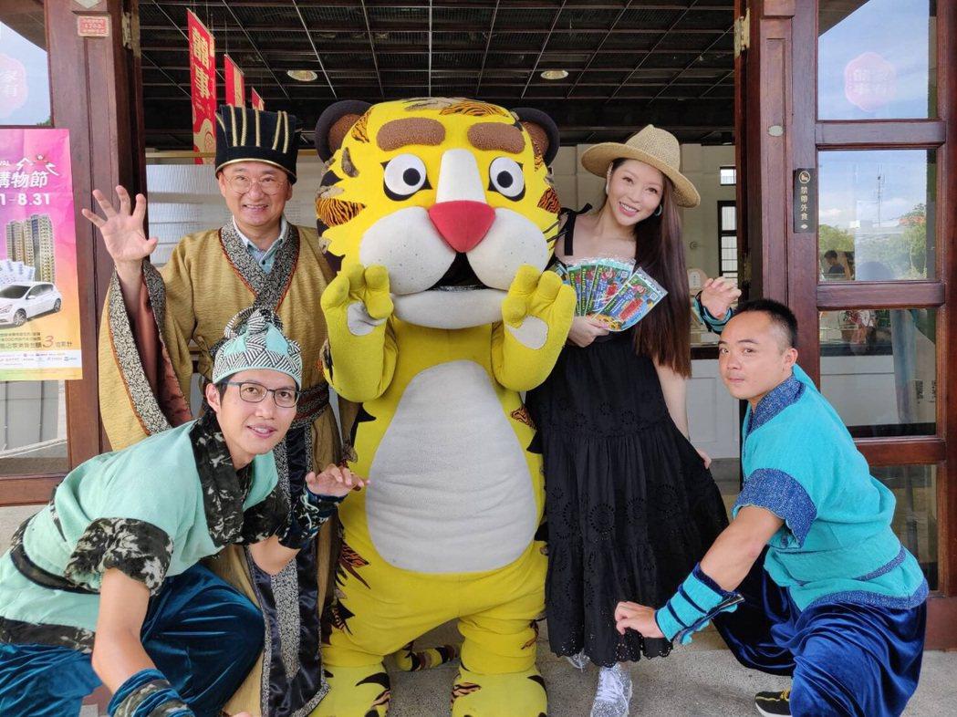 殷琦(右)參與立委黃國書推動的紙風車劇團藝文活動。圖/伊林提供