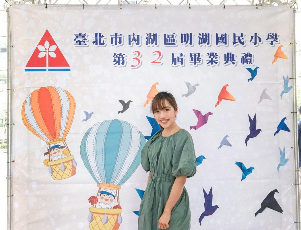 蔡佩軒「青春有你」獲票選為明湖國小畢業歌,日前悄悄現身成為畢業生們最大彩蛋。圖/