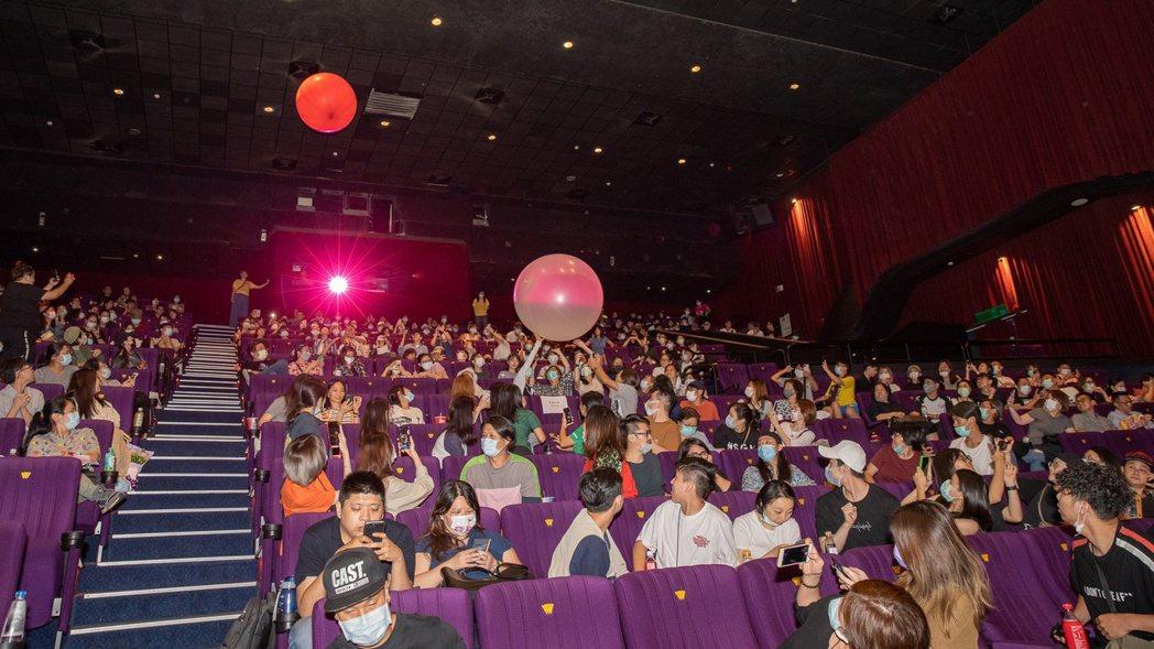 「破處」在映廳內祭出「兩粒」氣球,觀眾嗨了起來。圖/双喜提供