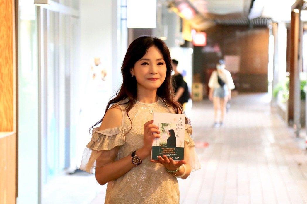 方季惟近期推出首本生命傳記「歲月釀的檸檬紅茶」,今天出席粉絲見面會。圖/尚時代文