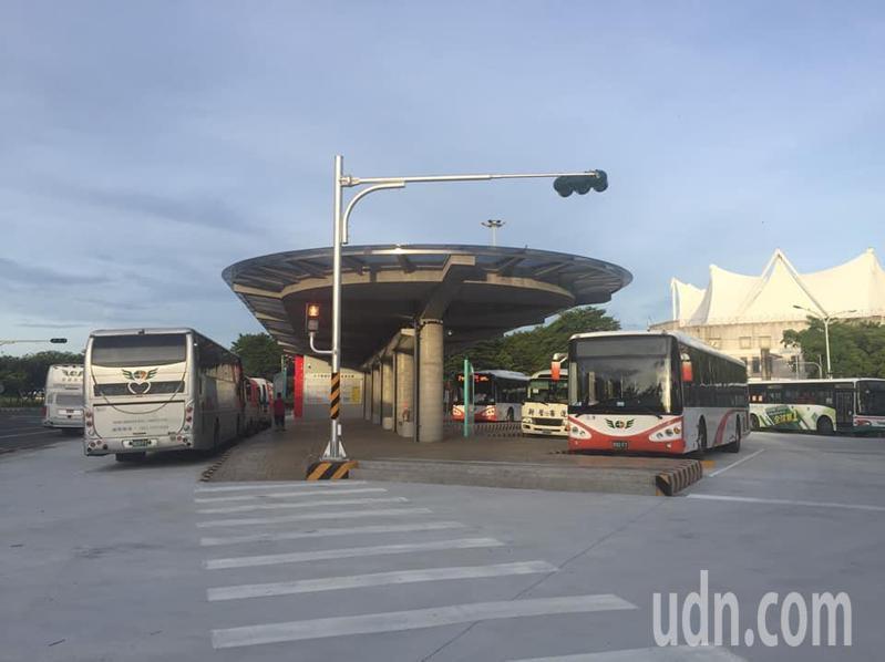 朴子市轉運站啟用首次碰上夜市,警方站崗未出現違停占車道車位。記者魯 永明/攝影