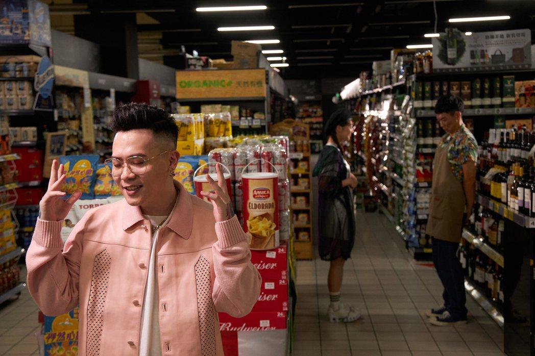 蕭秉治(左)新歌「怦然心動」MV,邀來王可元(右)與李柔攜手演出。圖/相信提供