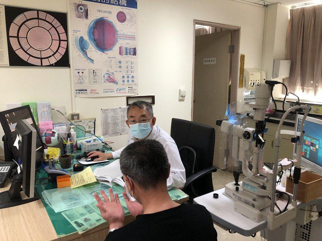 衛福部基隆醫院眼科主治醫師黃鴻鈞提醒,糖尿病者要定期到眼科接受詳細眼睛及眼底檢查...