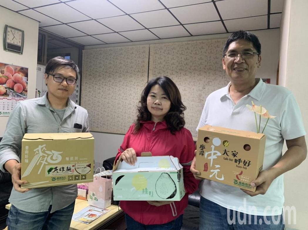 台南市農產運銷公司總經理李芳林(右)在英雄麵成功後,下一波是推中元節組合禮盒及文...