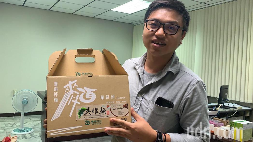 新冠肺炎疫情爆紅的「英雄麵」,是出自林信宏的設計。記者吳淑玲/攝影