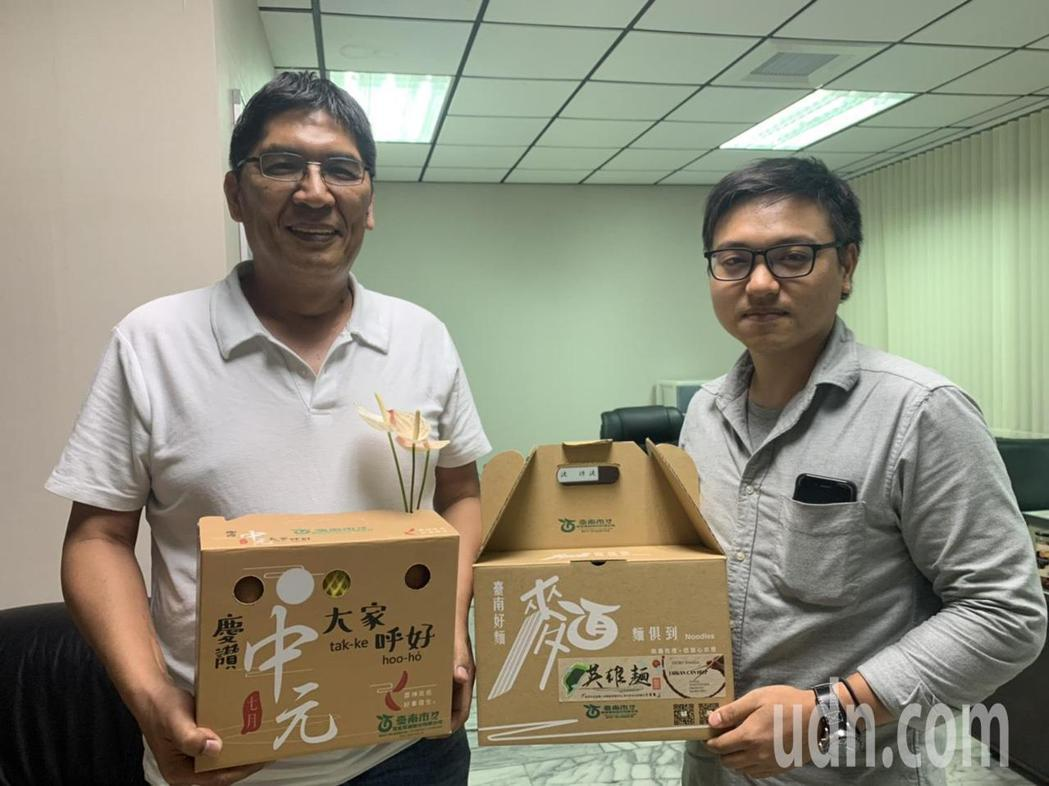 台南市農產運銷公司總經理李芳林(左)與新晉用的美編林信宏,一個出點子一個設計,從...
