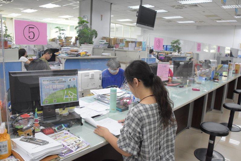 彰化縣政府為輔導特定工廠辦理登記,設有特定工廠單一窗口。圖/彰化縣政府提供