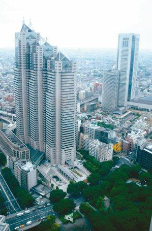東京地鐵網絡密集,日本民眾習慣沿著軌道居住,在選地點時,像是選地鐵周邊置產比公車...