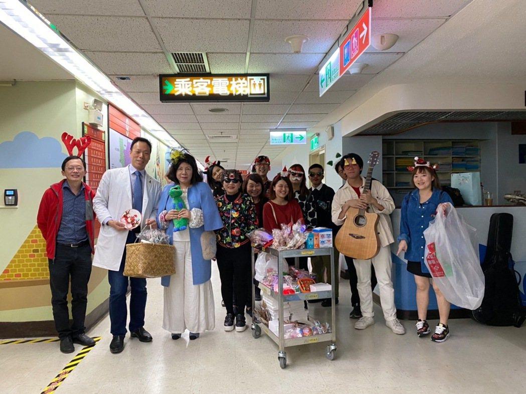 中華民國骨肉癌關懷協會新家昨天開幕,醫師指出,照顧病友也要一同照顧家人,才是真正...
