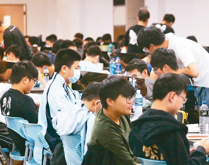 指考數甲、數乙昨落幕,數學老師表示,數甲是十年來最難。記者黃仲裕/攝影