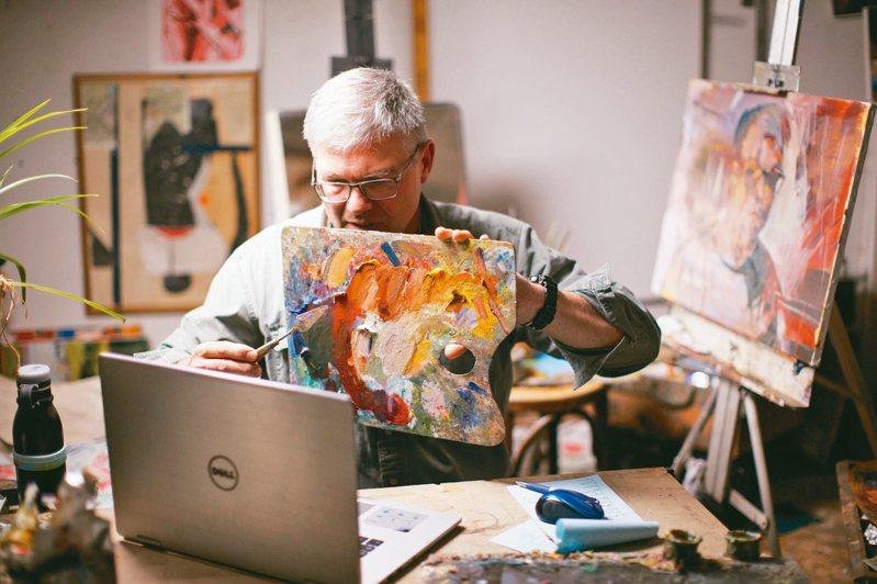 美國賓州州大教授哈格在線上美術課上教導學生調和顏料,線上學習因新冠疫情而爆紅。 美聯社