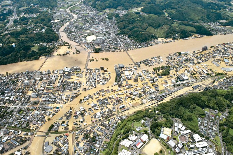 日本九州南部四日豪雨成災,熊本縣球磨川氾濫、民宅遭土石流沖毀。 美聯社