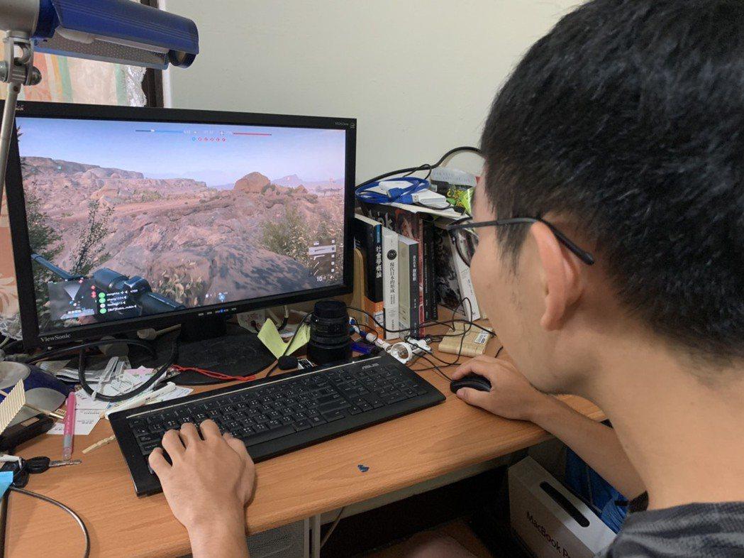 過度沉迷電玩虛擬世界,影響工作、學習、社交行為時,當心可能是「遊戲障礙」,圖為示...