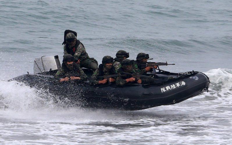 海軍陸戰隊99旅步二營聯合登陸作戰操演發生翻艇意外,負責此次訓練任務海軍教育訓練暨準則發展指揮部的楊姓少校,今天上午被發現在寢室尋短,圖為2015年海軍陸戰隊員搭乘CRRC橡皮艇參加演習。 圖/本報系資料照片
