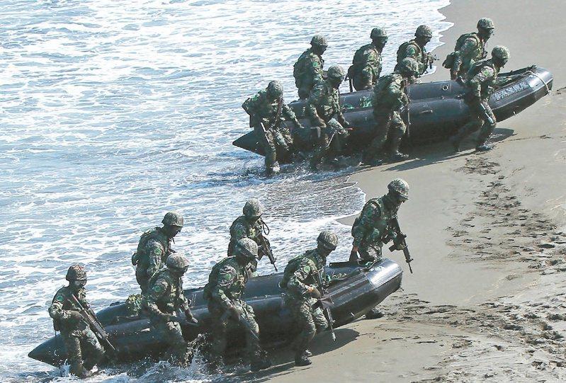 海軍陸戰隊99旅步二營聯合登陸作戰操演發生翻艇意外,負責此次訓練任務海軍教育訓練暨準則發展指揮部的楊姓少校,今天上午被發現在寢室尋短。圖為海軍陸戰隊2013年特戰突擊實兵演練。 圖/本報系資料照