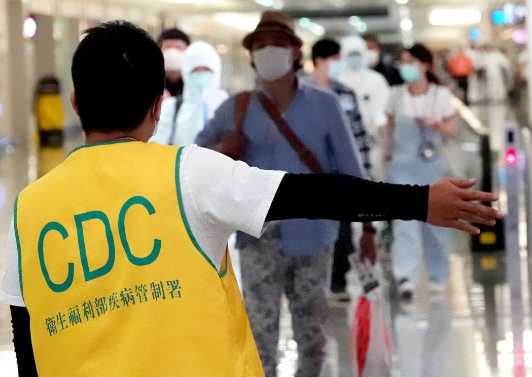 台灣開放轉機後,首度有轉機旅客確診。圖為日前旅客正通過桃園機場第二航廈入境長廊。...