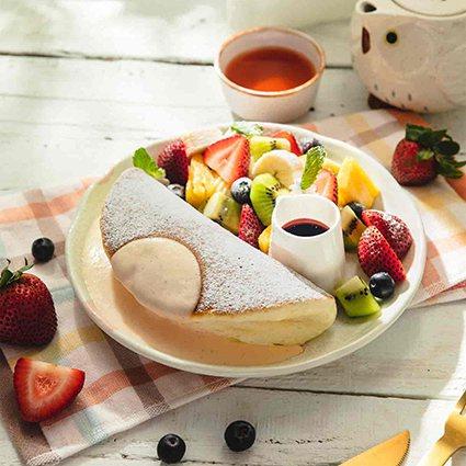 WOOSA屋莎鬆餅屋今年夏天推出季節限定商品-「鮮綜合水果鬆餅」。 新光三越桃園...
