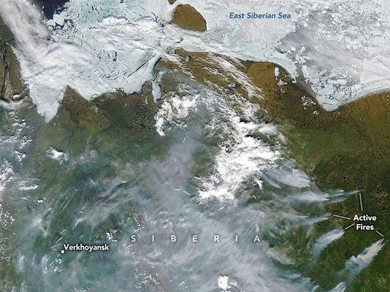 西伯利亞東部以寒冬聞名,但近日的高溫和野火使氣象學家感到震驚。圖為NASA提供在西伯利亞城鎮維爾霍揚斯克附近大火瀰漫煙霧的衛星圖。歐新社