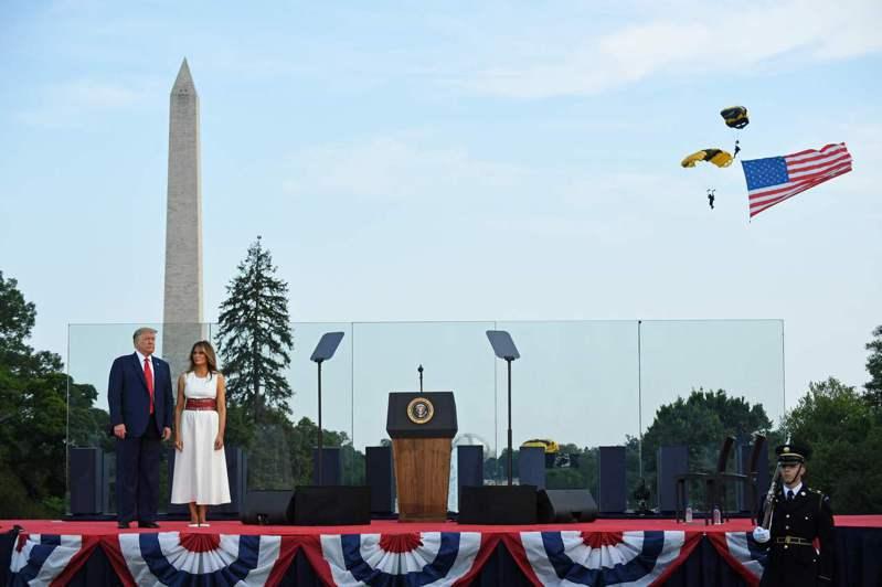 川普總統與第一夫人梅蘭妮亞4日國慶日下午在白宮草坪招待三軍及警消與醫務人員與家屬代表到場慶祝「向美國致敬」活動,觀賞陸軍黃金空降兵,手執國旗,從天而降。Getty Images
